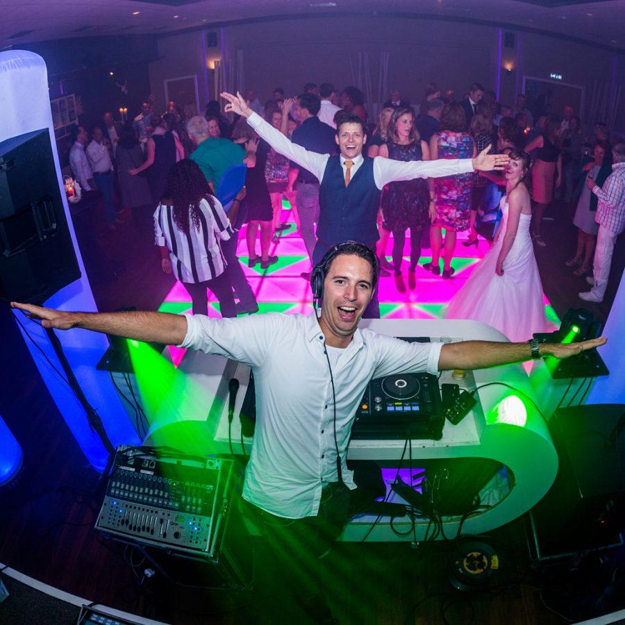 DJ Maxim op een avondfeest bij de Leuke Hanzestad