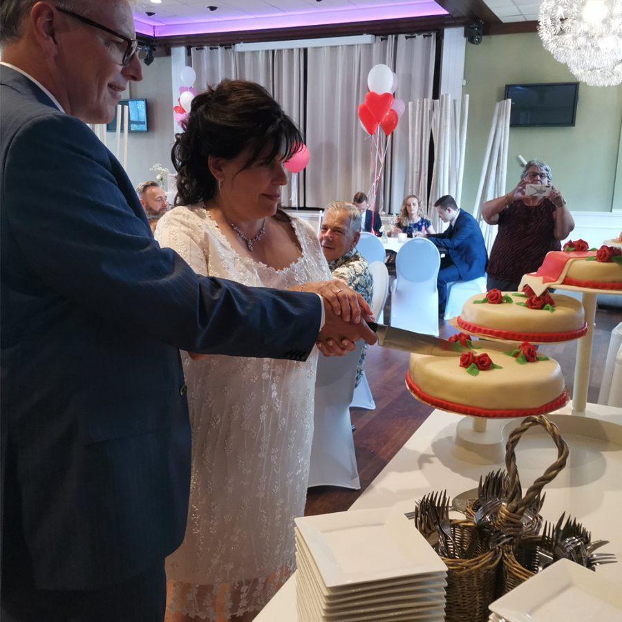 Aansnijden van de bruidstaart bij bruiloften