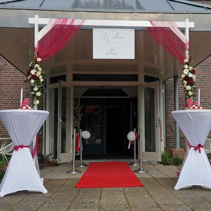 Decoratie bij de ingang van bruiloften